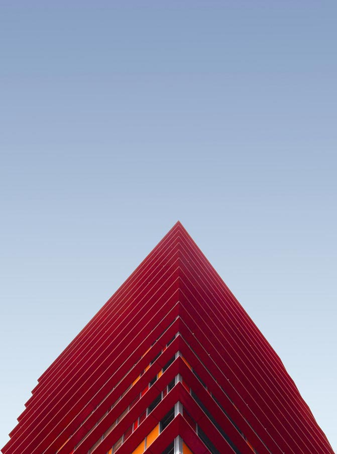 Fotografía de estructura roja y naranja en fondo azul de la artista Simone hutsch.