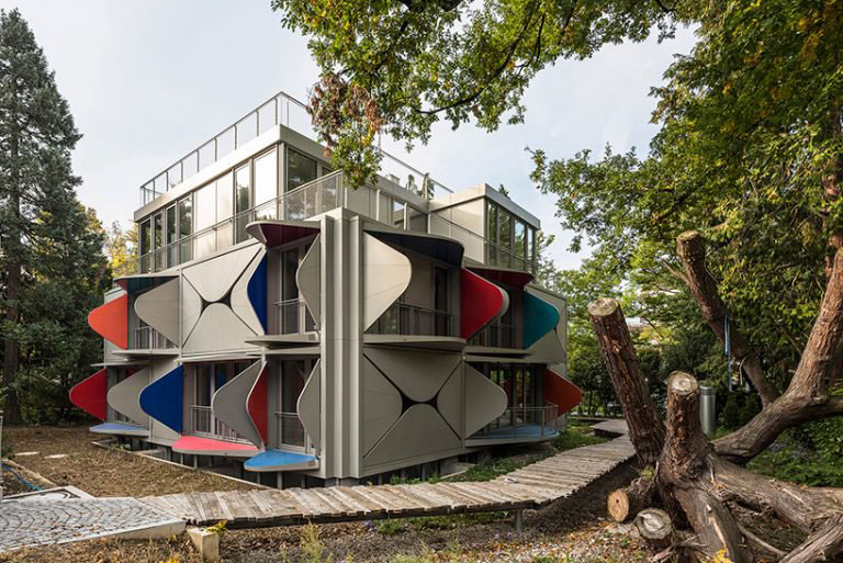 Σπίτι με μπαλκόνια ξεπροβάλλει ένα σχέδιο από τον Manuel Herz