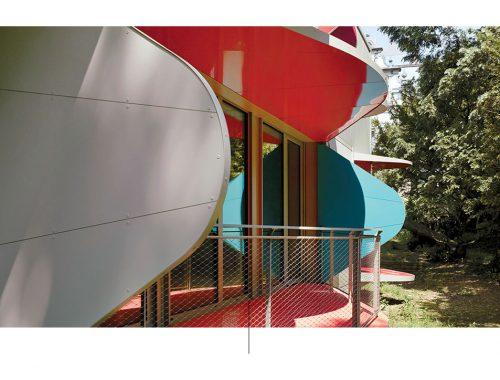 La casa con i balconi fa risaltare il design di Manuel Herz