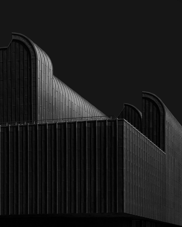Imagen del exterior de un espacio arquitectónico color negro.