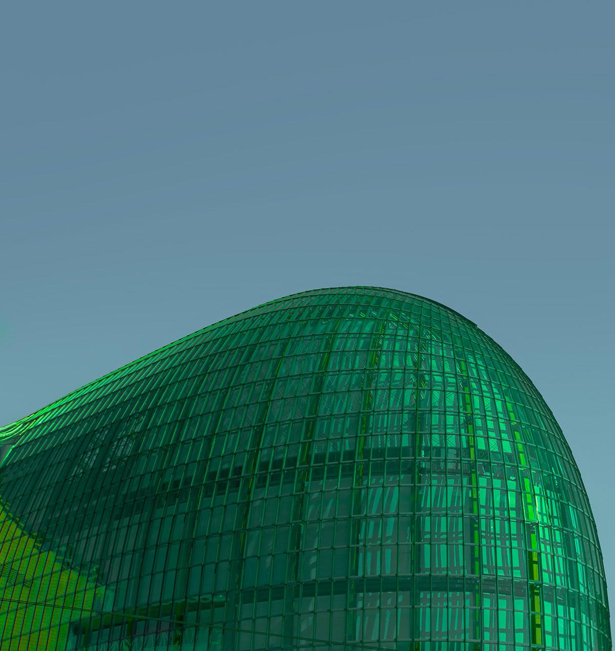 Vista exterior de un edificio verde.