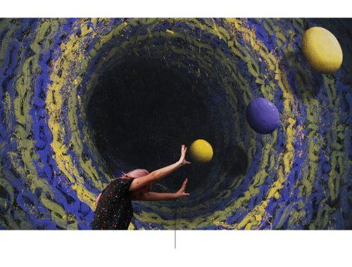 Mural av kunstneren izzy izvne som ser ut som det ytre rommet.
