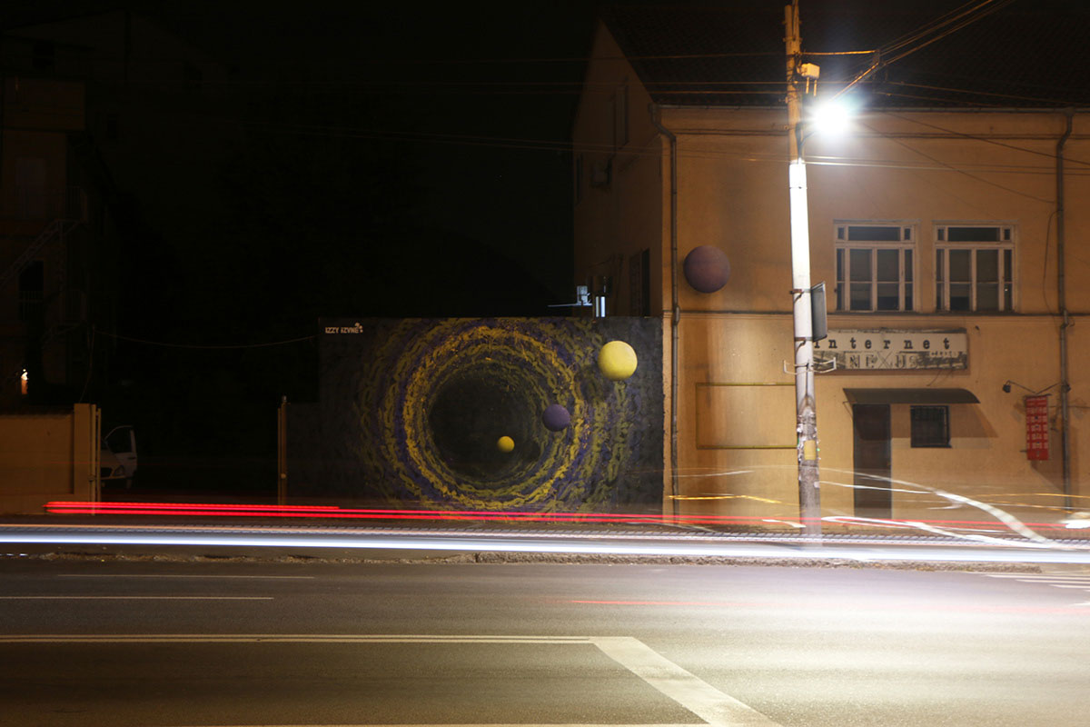 建筑物之间的壁画照片。