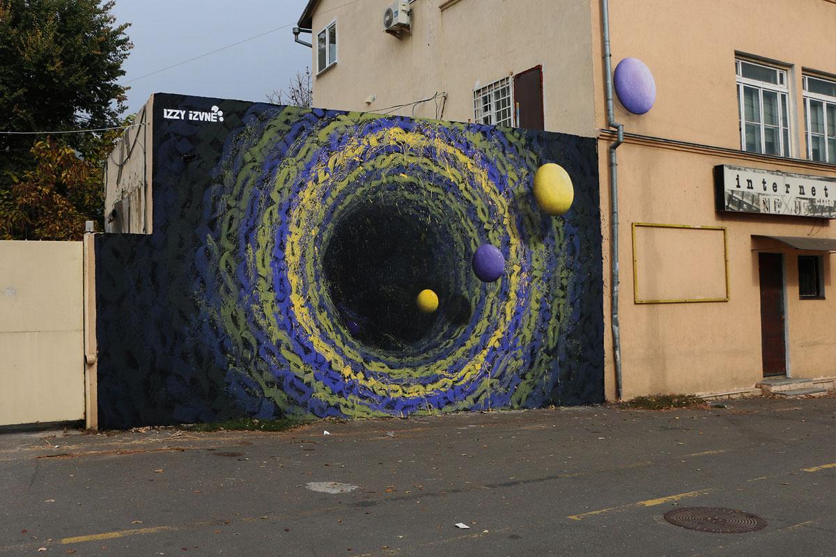 艺术家izzy izvne的壁画与宇宙形状。