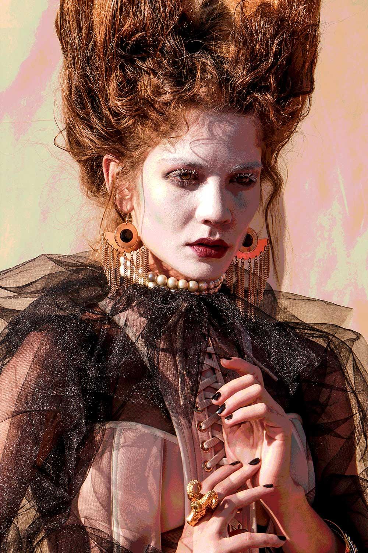 Portrett av rødhåret kvinne i svart bluse.