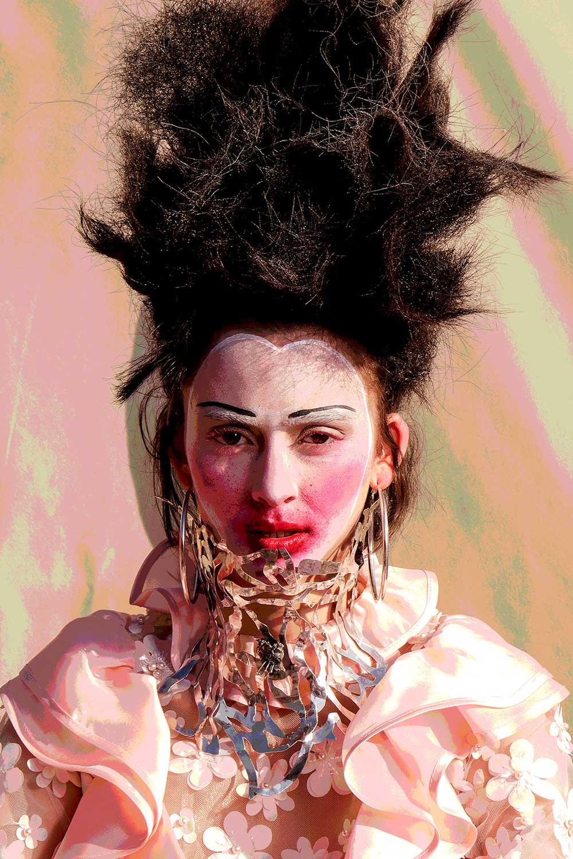 Kvinne med ansikt malt hvite og røde lepper.