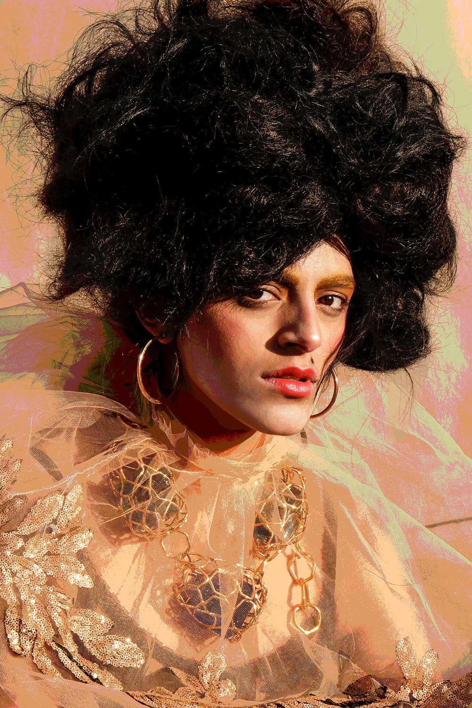 Portrett av kvinne med gyldne øredobber og kjole av transparenter.
