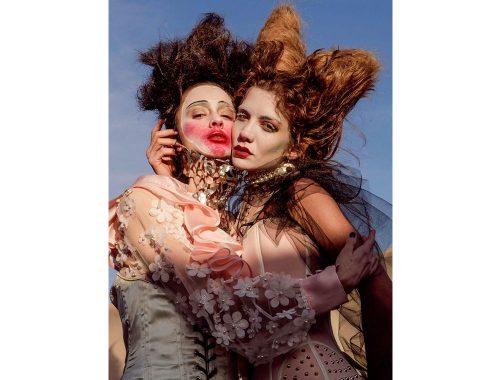 Portrett av kvinner krammer hverandre.