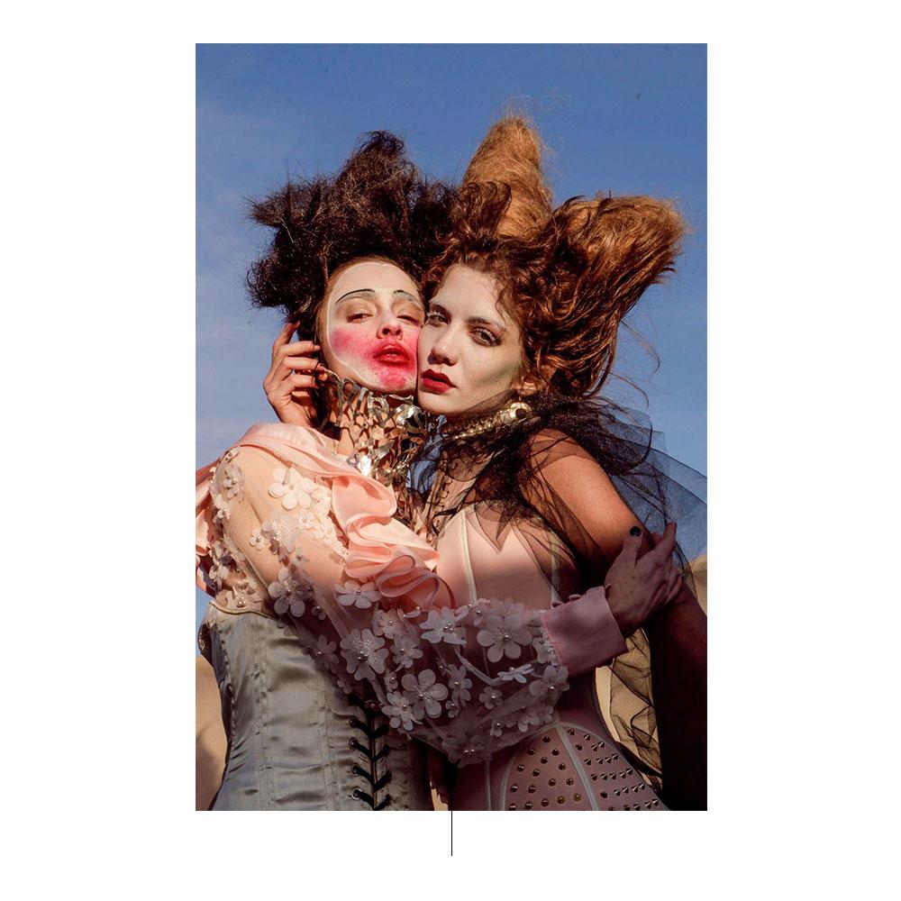 Πορτρέτο των γυναικών αγκαλιάζει ο ένας τον άλλον.