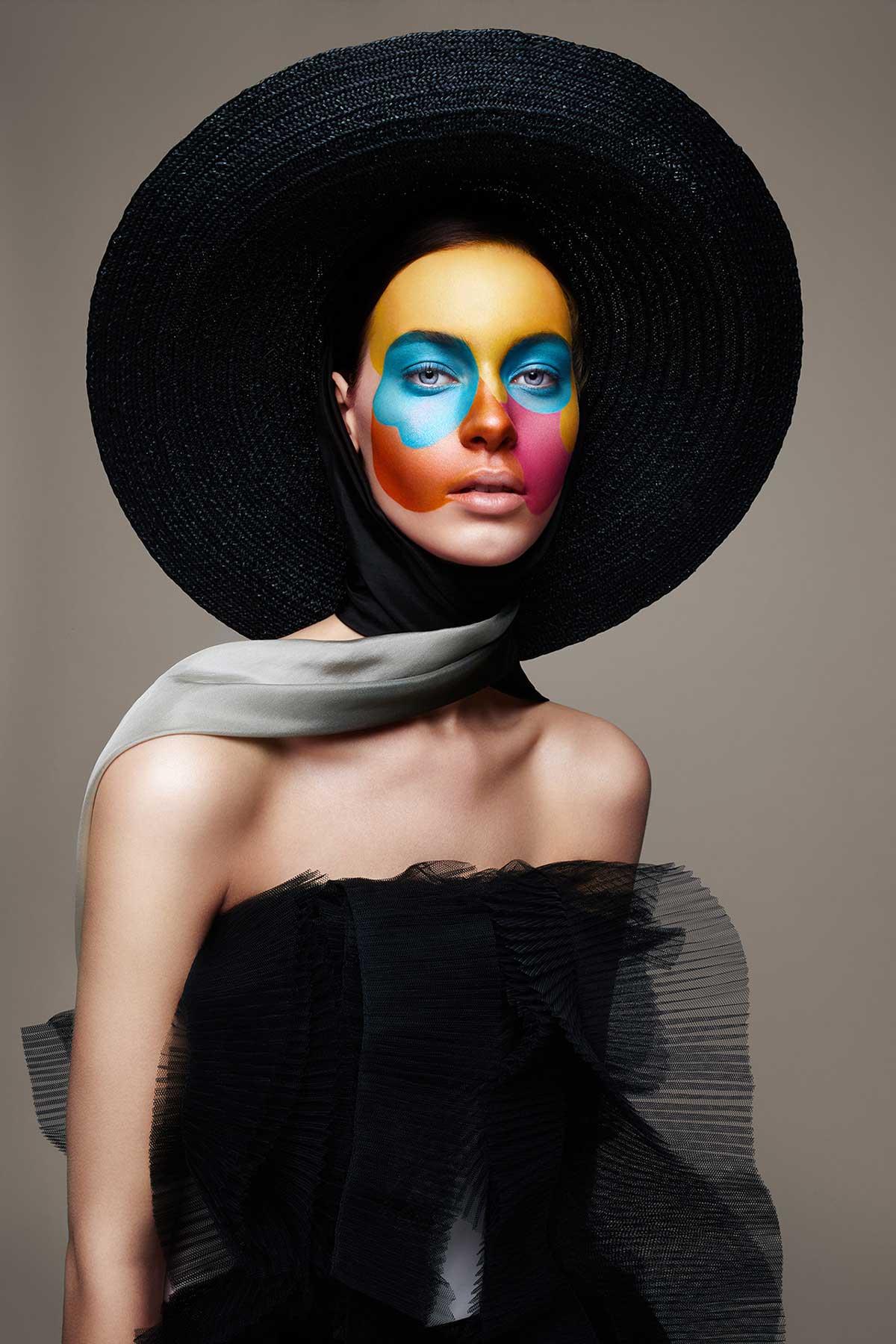 Fotografía de mujer con vestido y sombrero color negro.