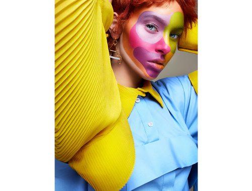 Fotografía de mujer pelirroja con las manos en la nuca y maquillaje de la artista Per Florian Appelgren.