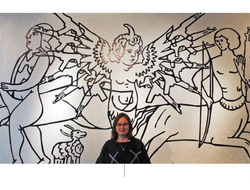कलाकार स्वेता बेदरेवा का चित्रण उनके एक काम के सामने।