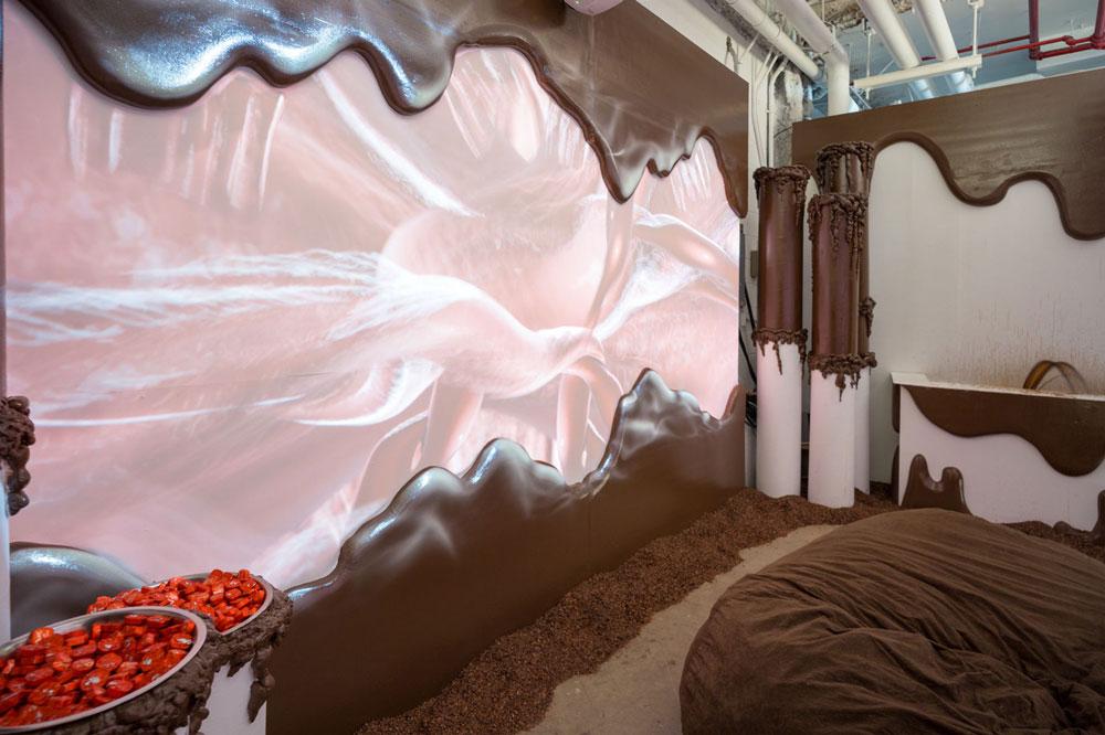 Habitación con decoración café que aparenta chocolate líquido.