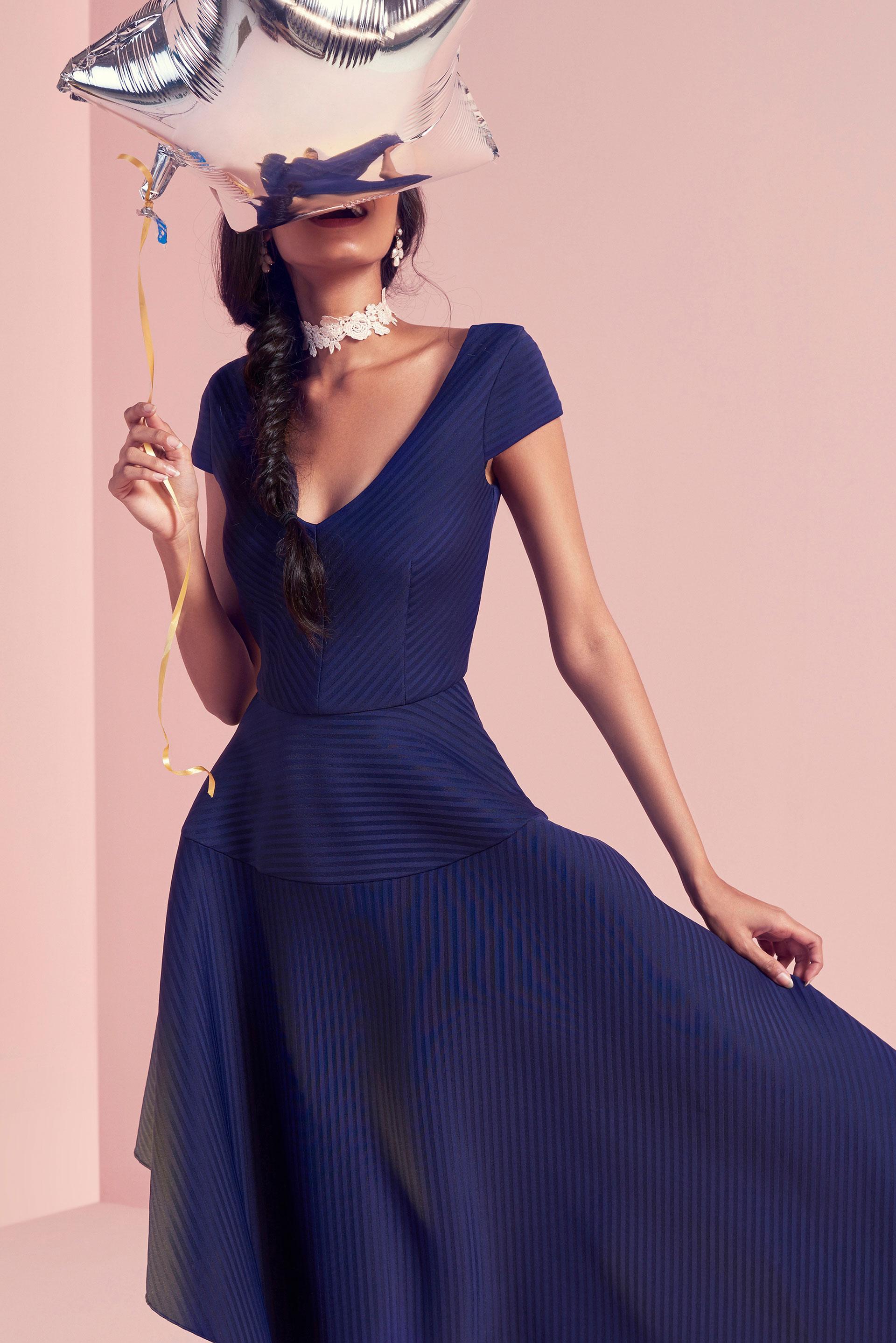 Portrett av kvinne i blå kjole.