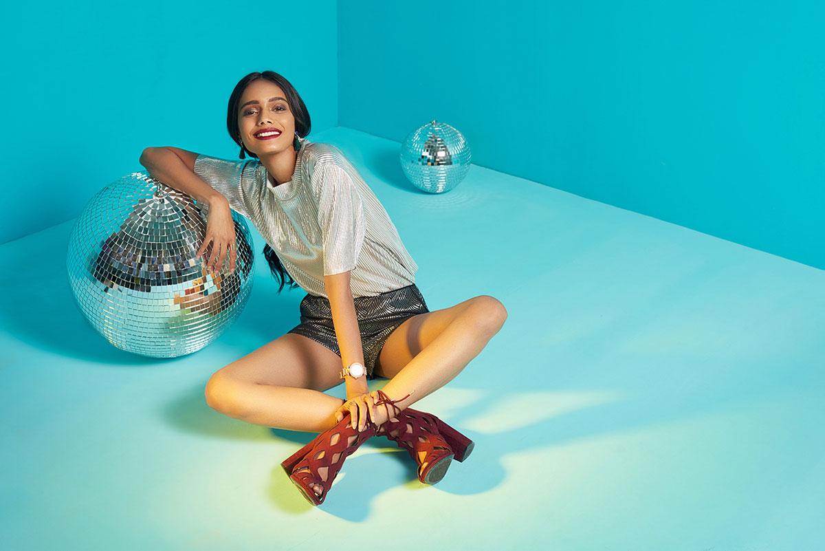 Foto av kvinne sitter sammen med diskotekball.