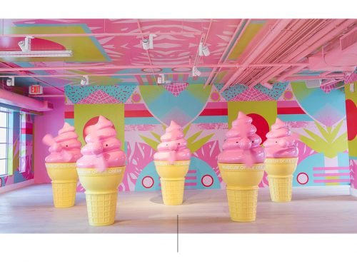 Esculturas gigantes de cinco conos de helado.