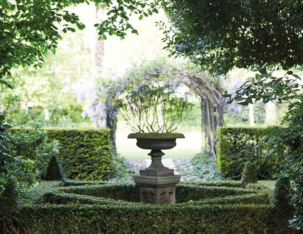 बगीचे के बीच में फव्वारा।