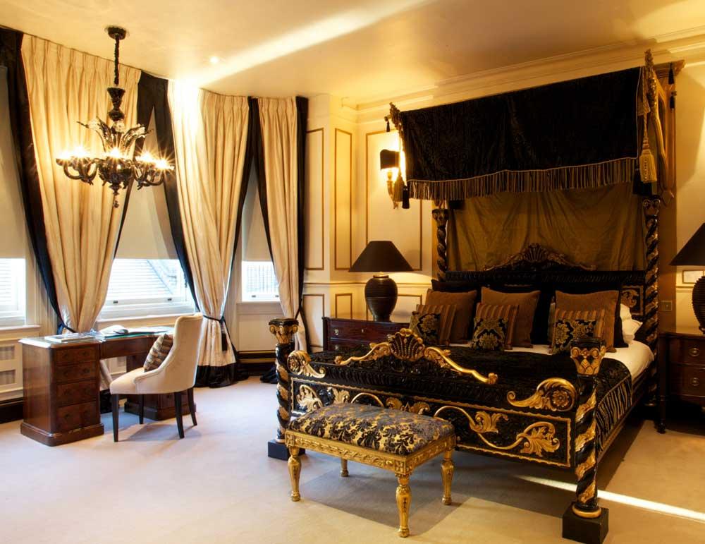 बिस्तर, डेस्क, कुर्सी, लंबे पर्दे और बेंच।