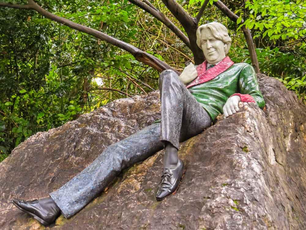 Skulptur av forfatter Osca Wilde på stein.