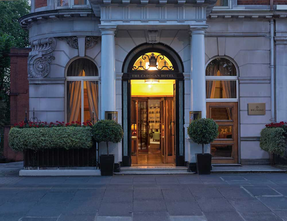 होटल, दरवाजे और झाड़ियों का बाहरी भाग।