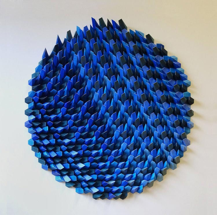 Γλυπτά από συνυφασμένο χαρτί με μπλε τόνους.