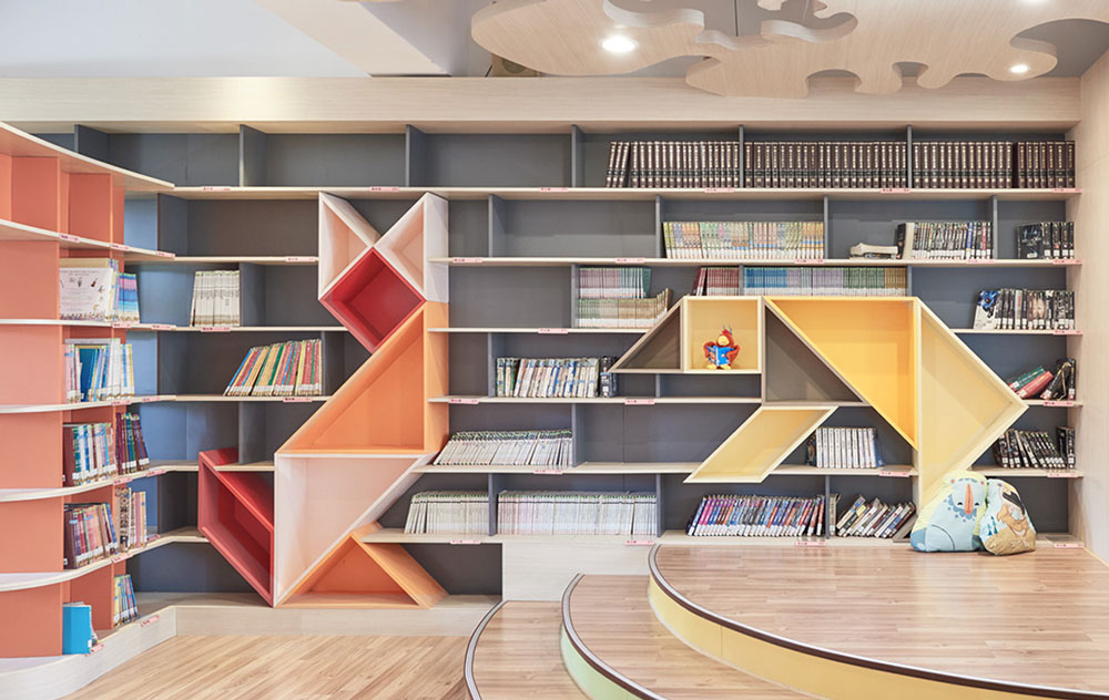 तालिस्पेस पुस्तकालय के अंदर समकालीन डिजाइन के साथ किताबों की अलमारी।