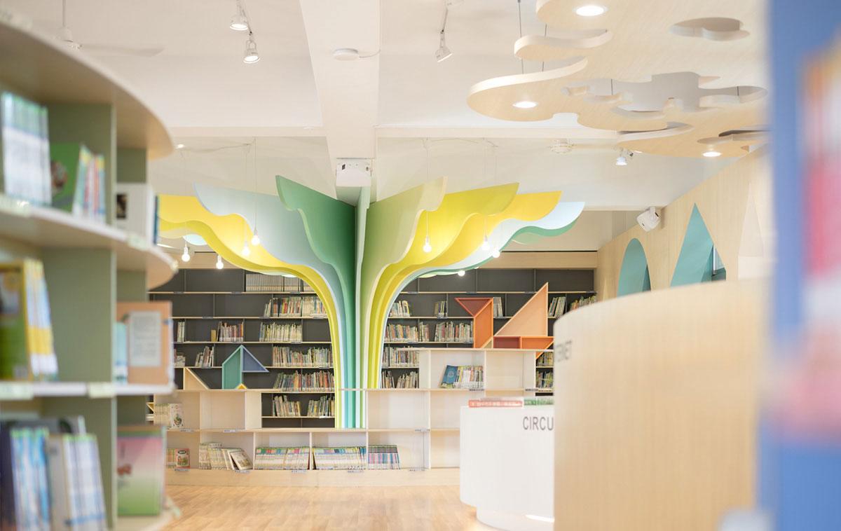 Φωτογραφία των βιβλιοπωλών στη βιβλιοθήκη Talispace.