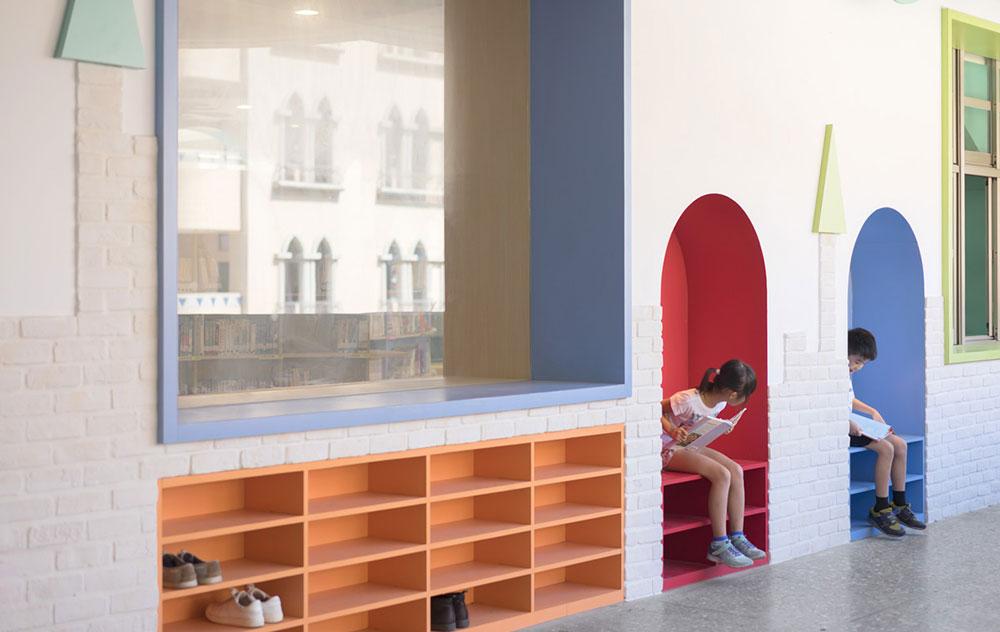 Φωτογραφία δύο παιδιών που διαβάζουν μέσα στη βιβλιοθήκη Talispace στην Ταϊβάν.