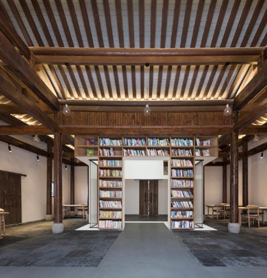 Habitación con libreros.