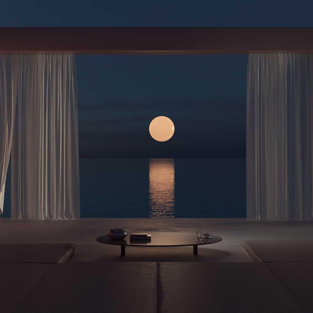 Ventana con cortinas, mesa de noche y paisaje de mar y luna.