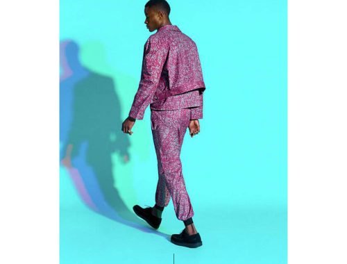 नीली पृष्ठभूमि के सामने चलने वाले आदमी की तस्वीर।