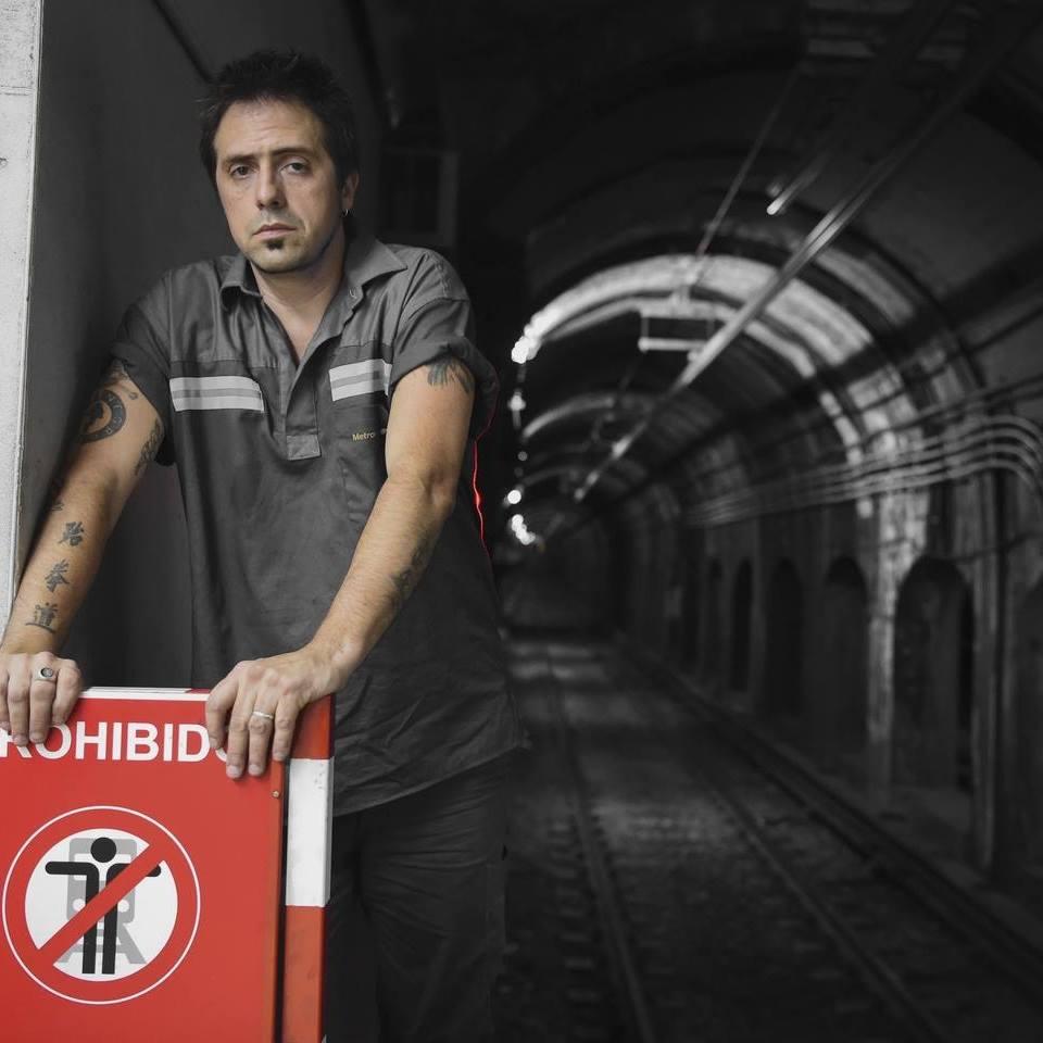 Retrato al interior del metro de Argentina del escritor Enrique Ferrari