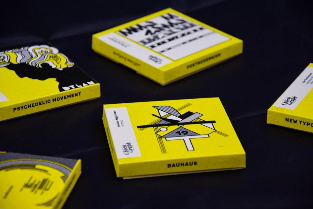 काली सतह पर कई पीली चोकोग्राफी की किताबें