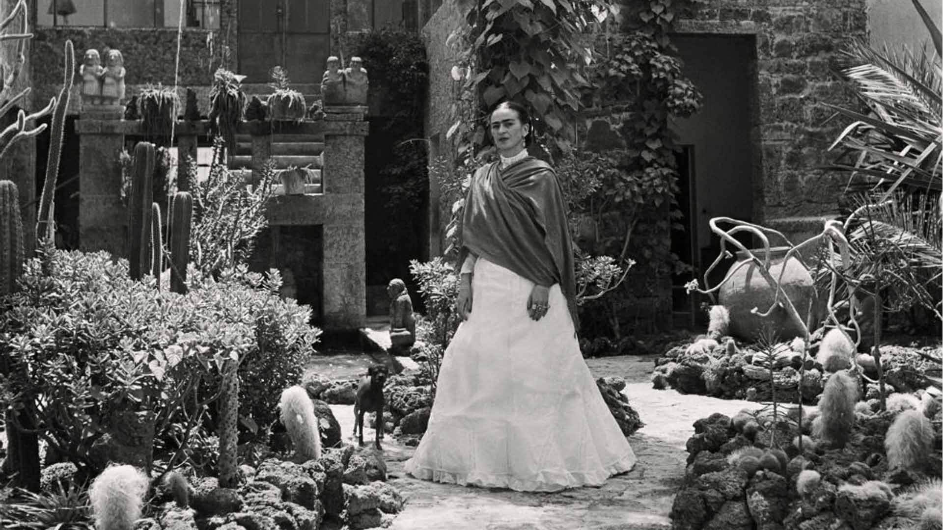 Retrato en blanco y negro de la artista mexicana Frida Kahlo en su jardín