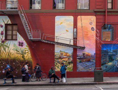 Muurschildering in uitvoering van de kunstenaar Mona Caron