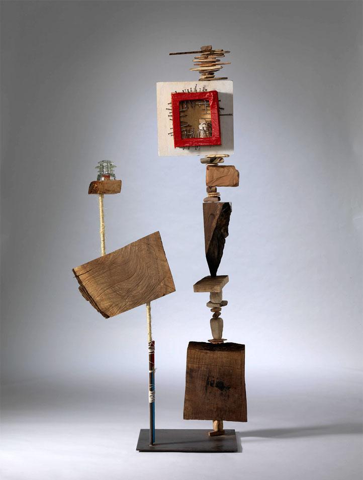 कलाकार लुसी लियू द्वारा मूर्तिकला विभिन्न सामग्रियों और लकड़ी के टुकड़े के साथ बनाई गई है।