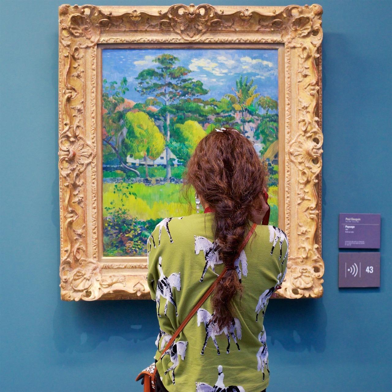 नारी कला के काम को देखती है।