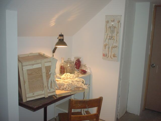 Fotografía de estudio con mesa y silla de madera.