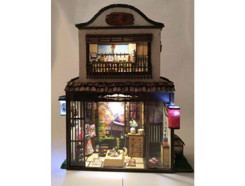 Miniatuurreplica van huis met uiterst klein meubilair.