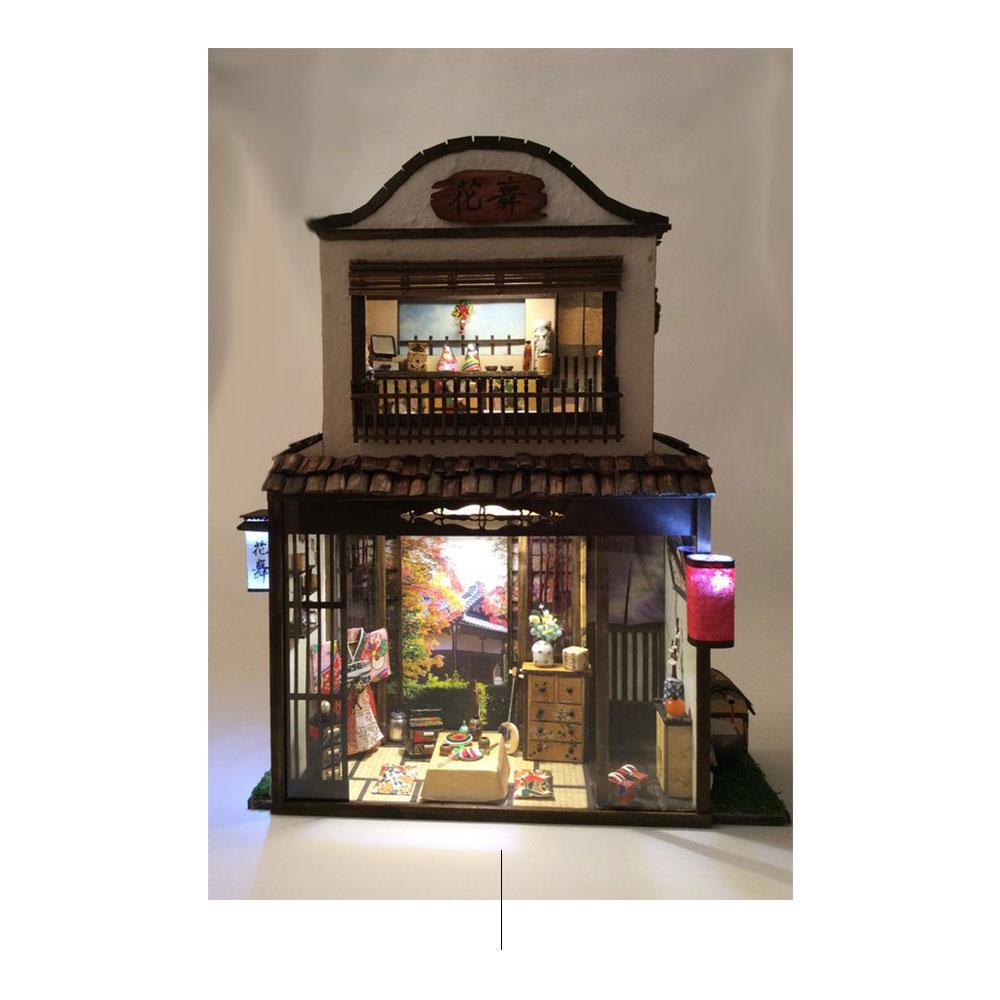 Replica in miniatura della casa con mobili minuscoli.