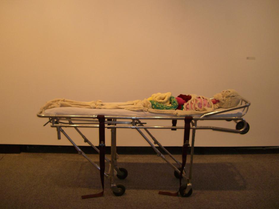 Esqueleto humano tejido por Shanell Papp,