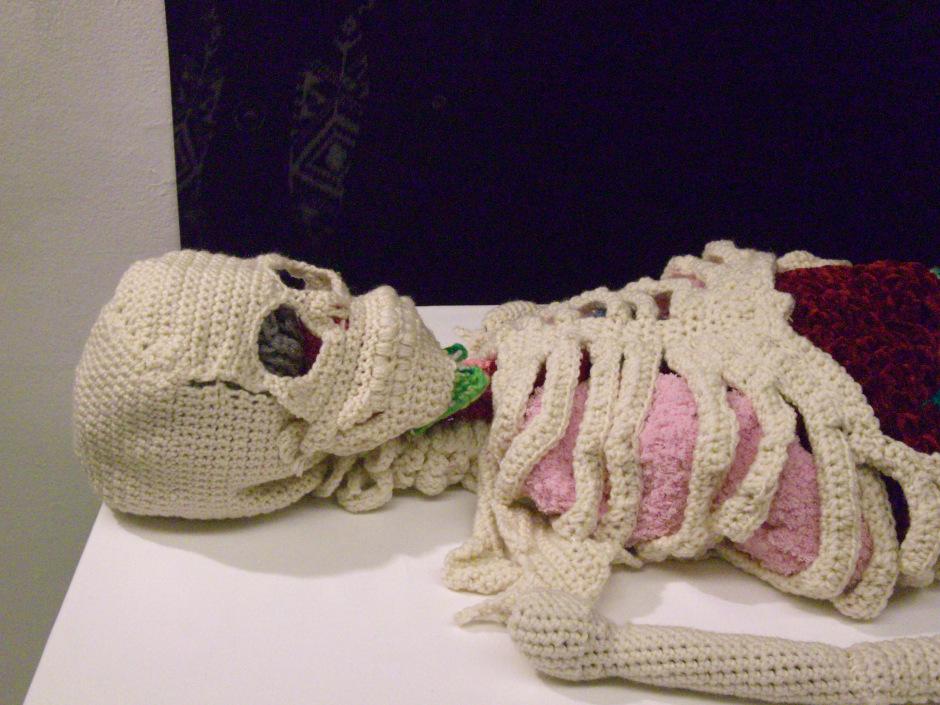 Torso de esqueleto humano hecho por Shanell Papp.
