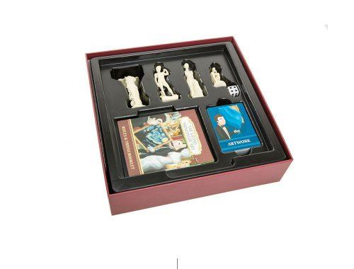 Caja roja con piezas de juego de mesa en su interior.