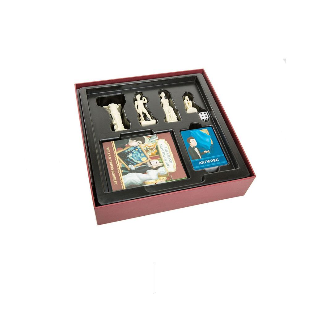Красная коробка с кусочками настольной игры внутри.