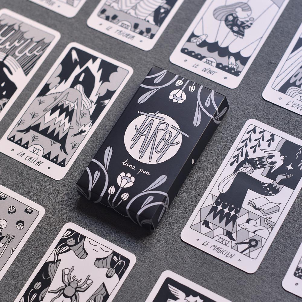 Fotografía en blanco y negro de cartas de tarot