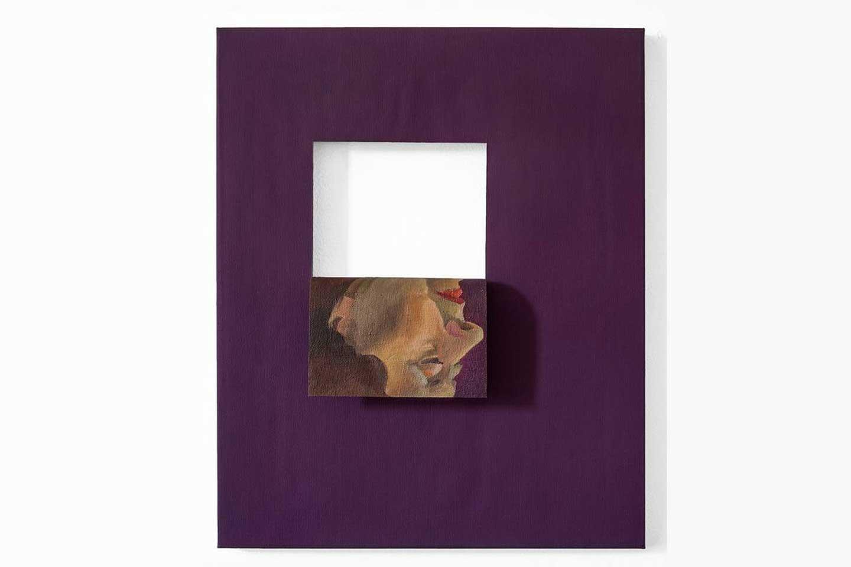 Quadro viola con scatola bianca e ritratto di donna invertito dall'artista Valeska Soares.