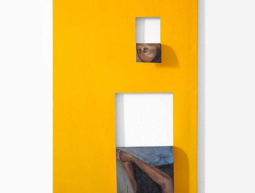 Pittura gialla con due dipinti bianchi e frammenti di ritratto femminile dell'artista Valeska Soares.