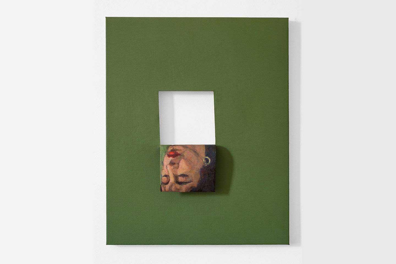 Dipinto con sfondo verde, scatola bianca e ritratto di una donna rovesciata creato dall'artista Valeska Soares.