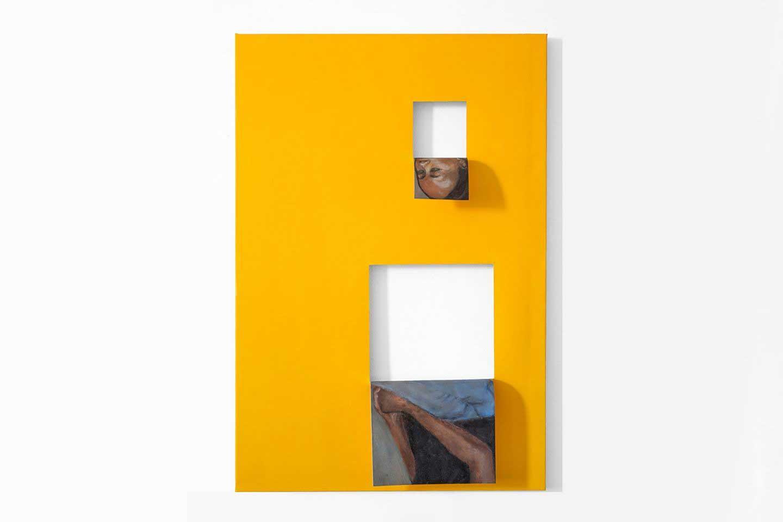 Dipinto di sfondo giallo, due quadrati bianchi e due immagini di volto e braccia femminili.