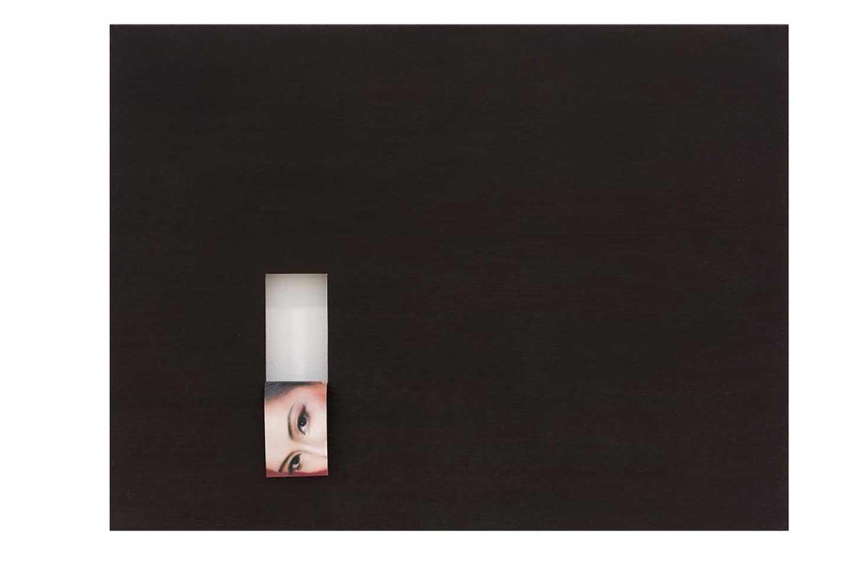 Vernice nera con scatola bianca e immagine degli occhi della donna.